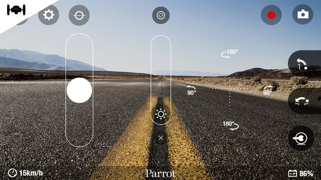 《Parrot Freeflight 3》遙控車模式的操控介面,除可作180度左右轉向外,更可啟動彈跳功能。