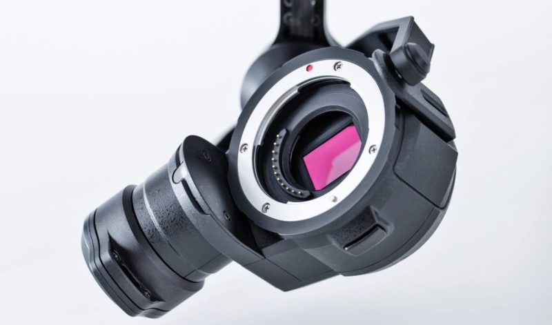 DJI Zenmuse X5 系列的出現,實現航拍機可換鏡的能力;至於選擇 M4/3 片幅,可說是在航拍畫質和機體負載量上作平衡的選擇。