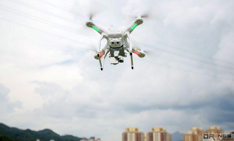 無人機機體往前傾,雲台電機就會往後校正;機體往後傾,雲台電機當然會往前校正。