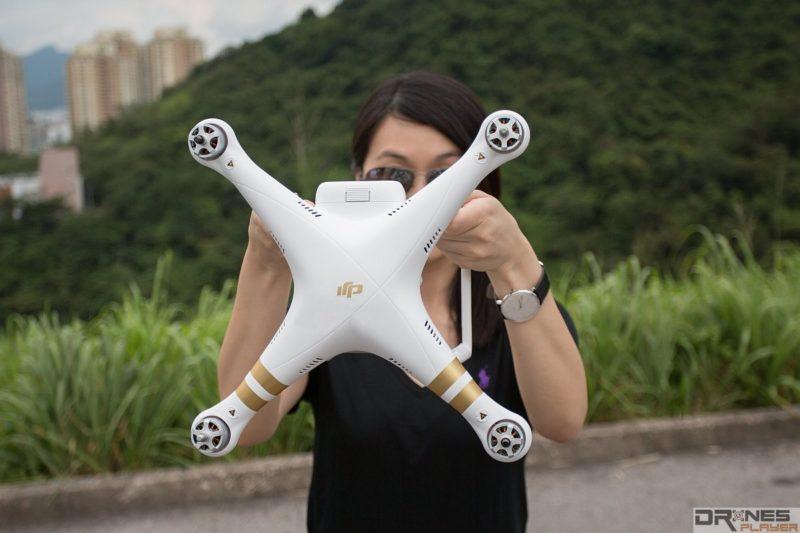 無人機電池指示燈向天,面向機底。順時針或反時針方向旋轉360度。