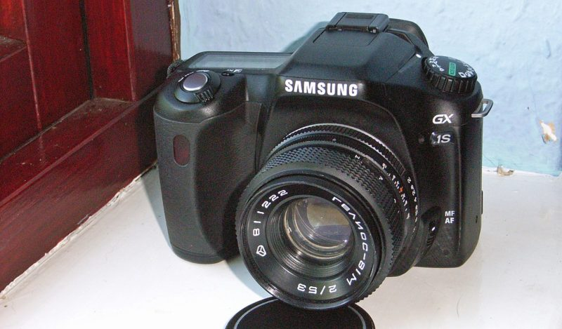 Samsung 於 2005 年 1 月推出旗下首部單鏡相機 GX-1S(實為 Pentax *ist DS2 的雙生版本)。