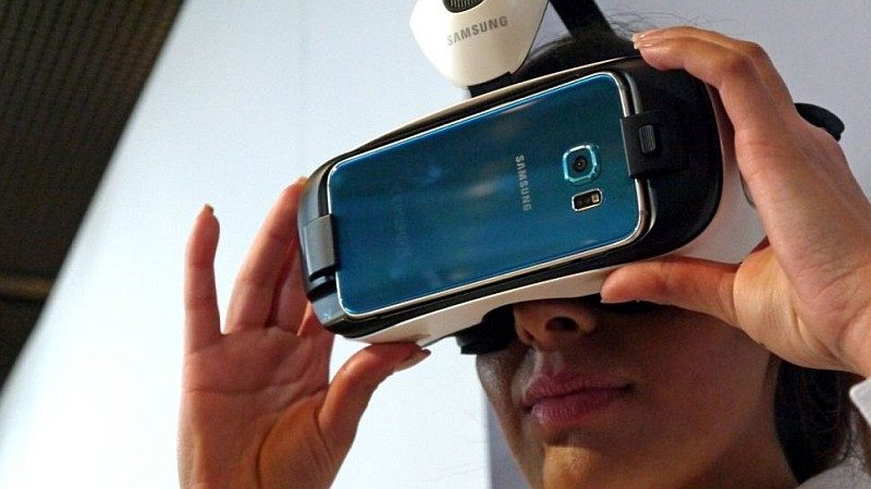 Gear VR 眼罩套入 Samsung 智能手機後,即可為用戶提供虛擬實境影像。