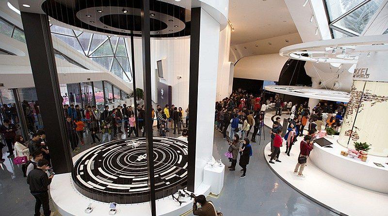 DJI 旗艦店內分為五大區域,包括:產品靜態展示區、飛行演示區、「天際漫遊家」體驗區、交流展示區、飛行影院,其中以飛行演示區人氣最旺(圖片來源:大疆官網)。