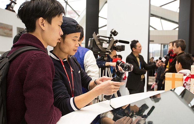DJI 深圳旗艦店內擺放了不同款式的大疆產品,供客人試玩。