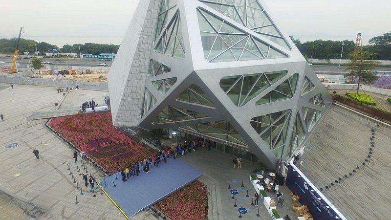 DJI 旗艦店表面滿布大大小小的三角形窗戶(圖片來源:大疆官網)。