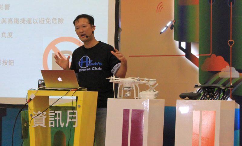 台灣空拍達人吳聖村在104資訊月台北場的空拍技巧講座上,向觀眾講解台灣空拍須知。