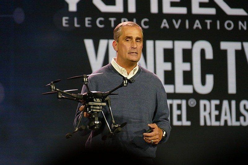 Intel 執行長 Brian Krzanich 在CES 2016 演說期間,手持Yuneec Typhoon H 無人機作解說。