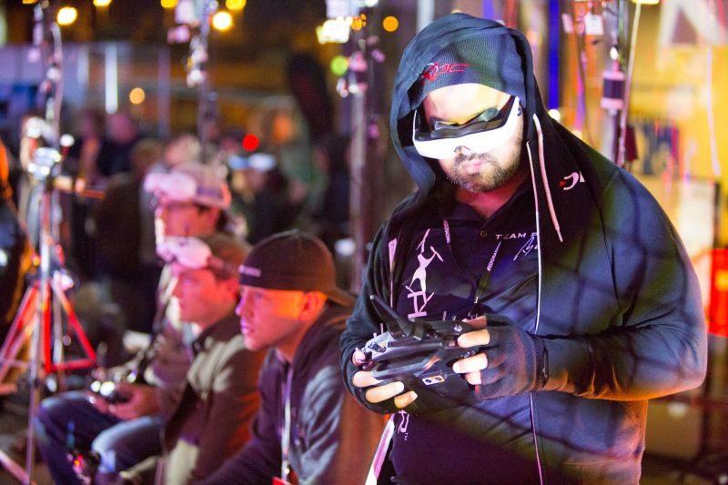 參賽飛手頭上戴著 FPV 眼鏡,以第一身視角來操縱 FPV 穿越機作賽。