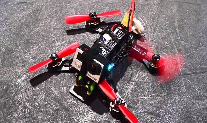 FPV 穿越機的機首會裝上 FPV 鏡頭,經由圖傳系統可即時傳遞賽道畫面至 VR 眼鏡,讓參賽飛手以第一身視覺來操控無人機。圖中的FPV 穿越機在機身上添加 GoPro 運動相機,更可實時記錄比賽時的情況。