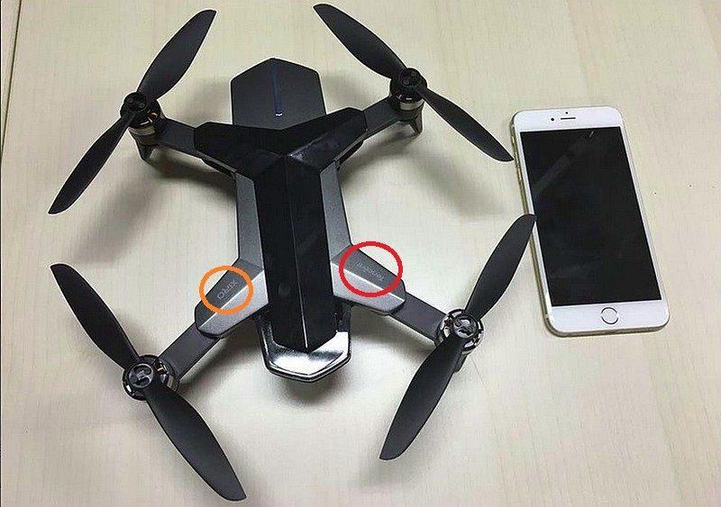 無人機的右方軸臂貼上 「Tencent」 標誌,左方軸臂則印有「XIRO」的標誌。