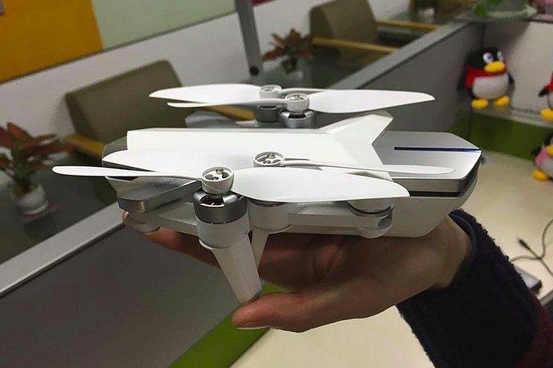 騰訊無人機摺疊軸臂後的機體只有手掌般的大小。