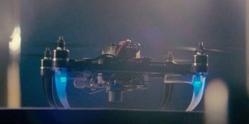 Snapdragon Flight 無人機閃起藍光,非常酷!