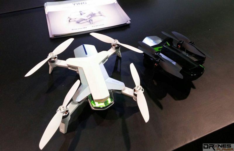 騰訊無人機 YING 的原型機於 CES 2016 會場上展出,備有黑、白兩色機身可供選擇。