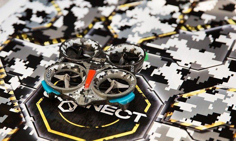 Air Hogs Connect 飛行器和地氈上均印有仿如迷彩的網格圖案。