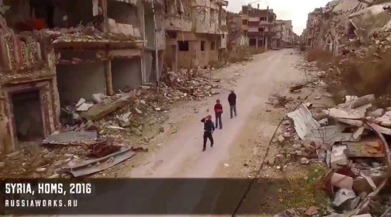 當地一群男童在仿如廢墟的街頭上空,發現空拍機的踪影,不禁抬頭觀看。