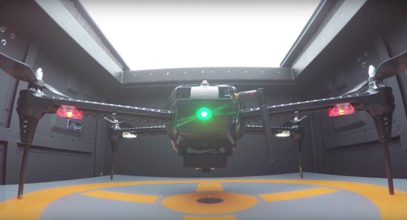 無人機待命時留在Dronebox 箱中。