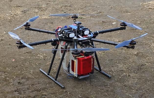 六軸無人機搭載小型伺服器、Wi-Fi 通訊裝置和收發訊息的紅色箱。