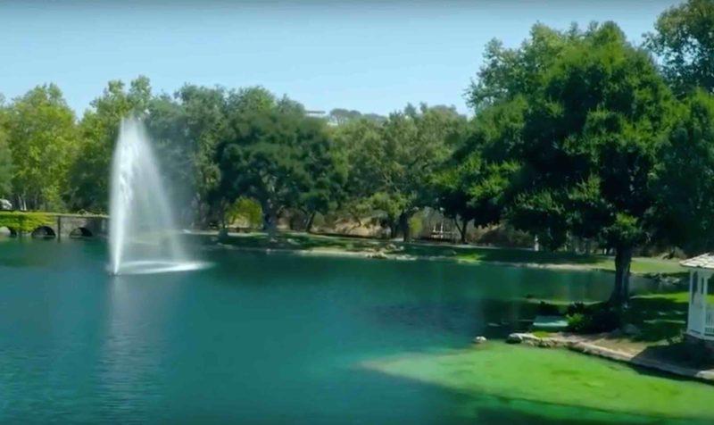 樂園雖被空置,但片中仍有噴水園池出現。