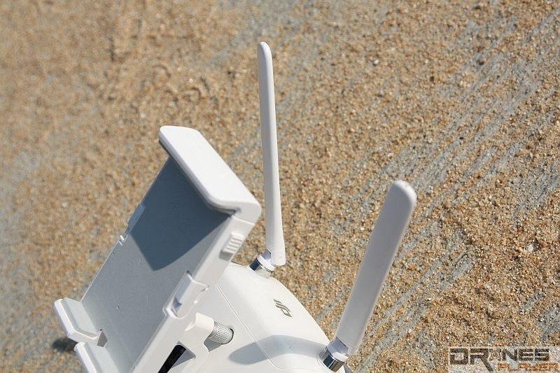P3 Professional 的遙控器採雙天線設計,在 Lightbridge 技術加持下,只用 2.4GHz 頻譜亦可達成 5 公里的操作距離。