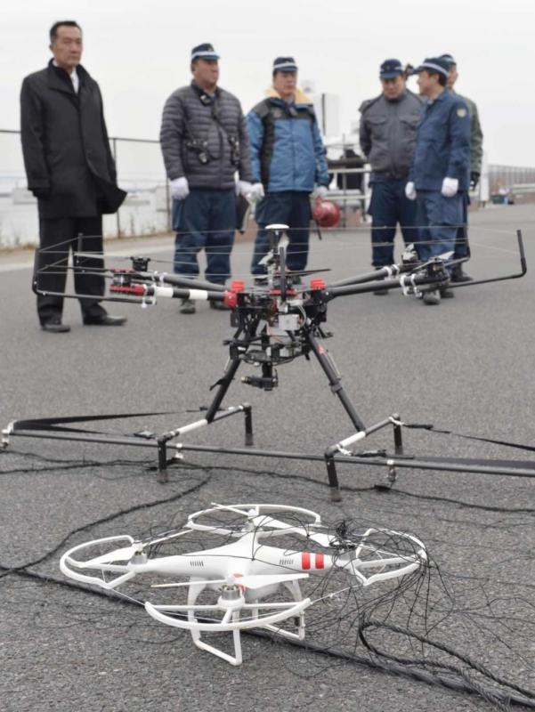 東京警視廳於 2016 年 1 月進行反恐演練,出動天網無人機捕捉可疑無人機。