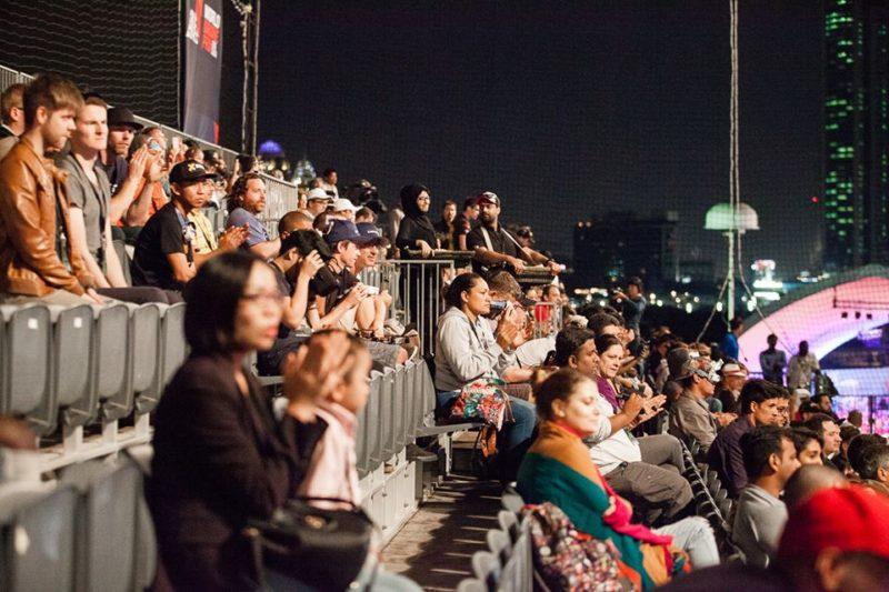 觀眾在看台排排坐觀賽。