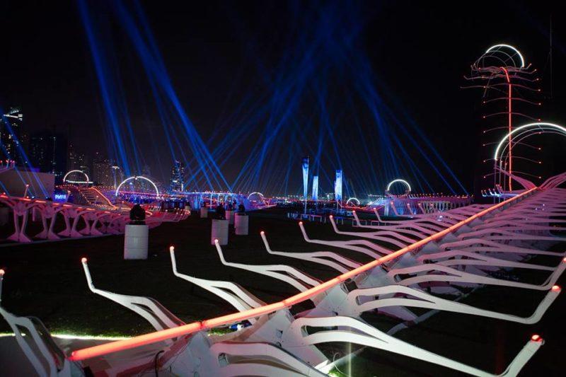 賽道以白色支架為主,配搭霓虹燈帶出科幻感。