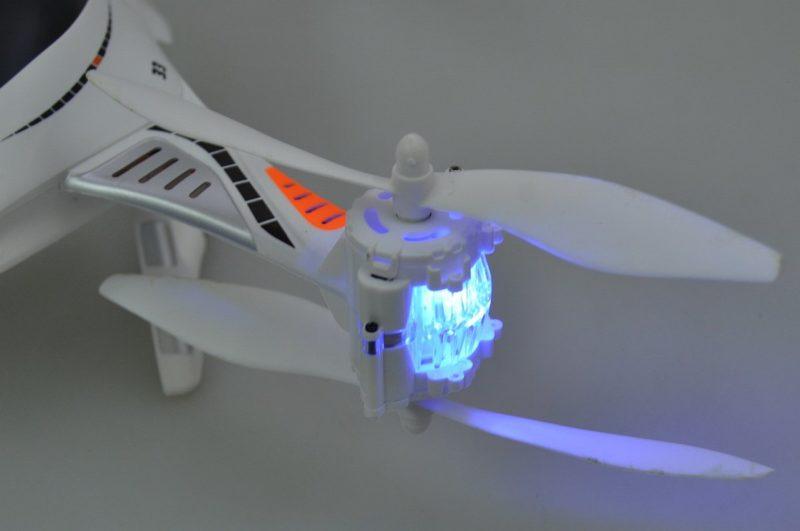 Cheerson CX-33W 前方的左右軸臂設有 LED 燈號,方便航拍玩家辨認機頭方向。