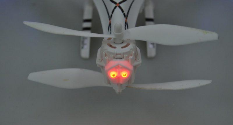 Cheerson CX-33W 後方的軸臂也有 LED 燈號,好讓航拍玩家辨認機尾方向。