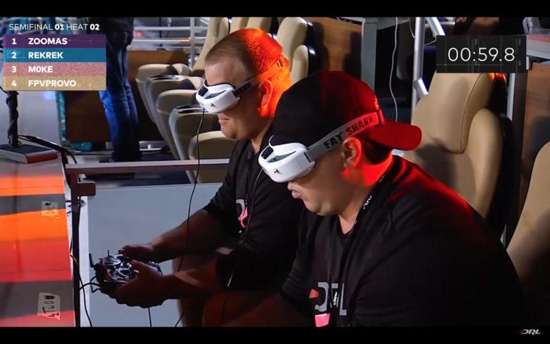 戴上 FPV 眼鏡的飛手專注地操控無人機。