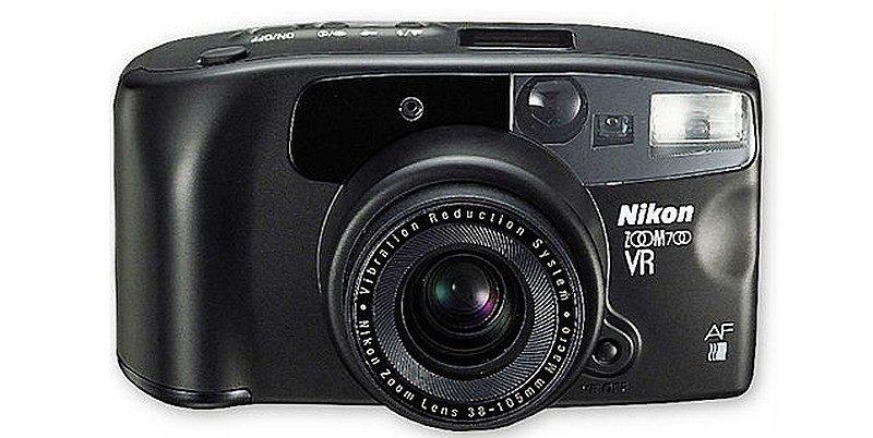 全球首部採用鏡身防震的民用級相機是 1994 年面世的 Nikon VR。