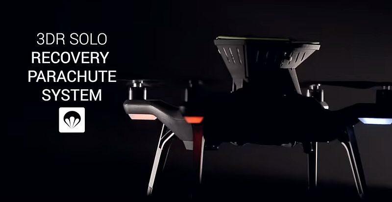 ParaZero SafeAir 降傘系統裝設於 3DR Solo 無人機的機背。