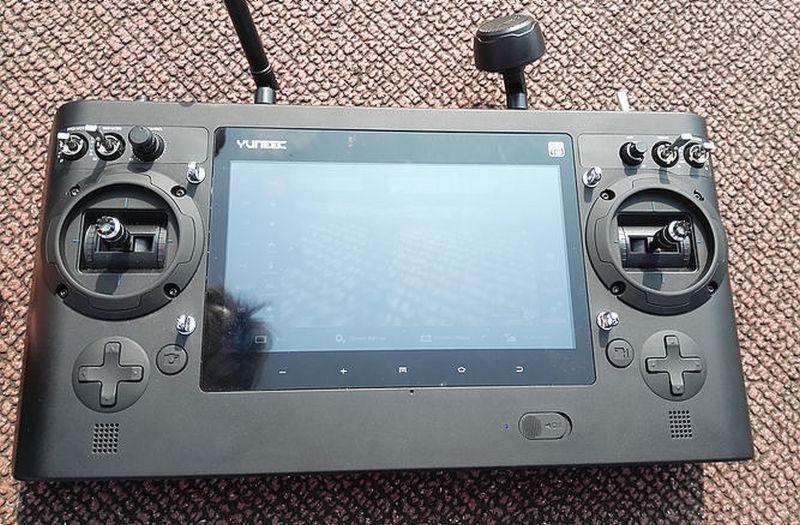 Yuneec Typhoon H 遙控器已內嵌 7 吋觸控屏幕,空拍玩家無需再搭配智能手機或平板電腦使用。(圖片來源:霍克無人機)