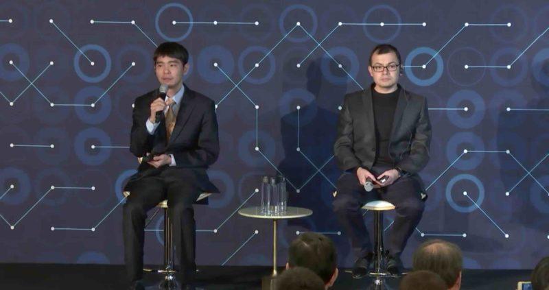 李世石(左)與 「AlphaGo之父」Demis Hassabis(右)在記者會接受提問。