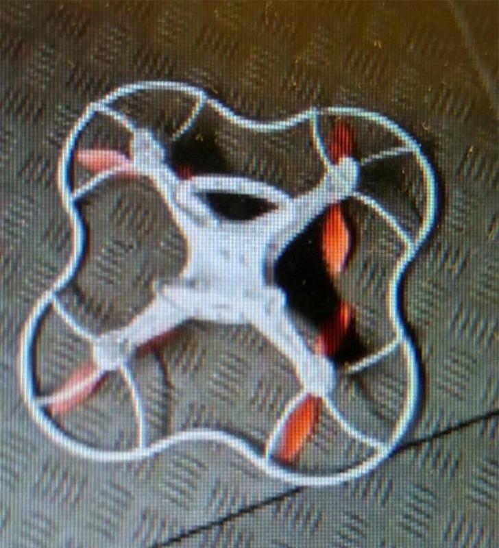 MTR Service Update 之 Twitter 帳戶貼出肇事空拍機的照片,相信它應是小型的空拍機。