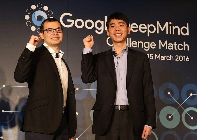 圍棋世界棋王李世石(右)在對奕前顯得躊躇滿志。