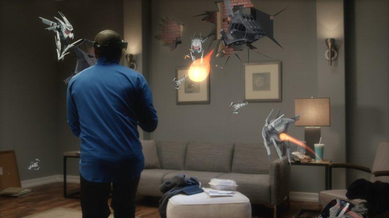 戴上 HoloLens 打電玩,仿佛以主角第一身進入遊戲世界。