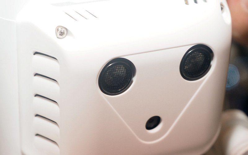DJI Phantom 3 的腹部設有超聲波和視像感應器,輔助室內飛行操控。