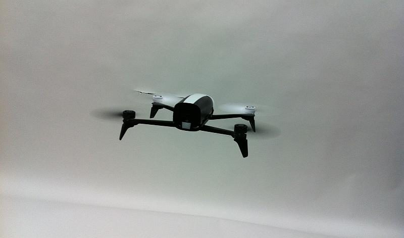 無人機在室內飛得太高或太低都不適宜。