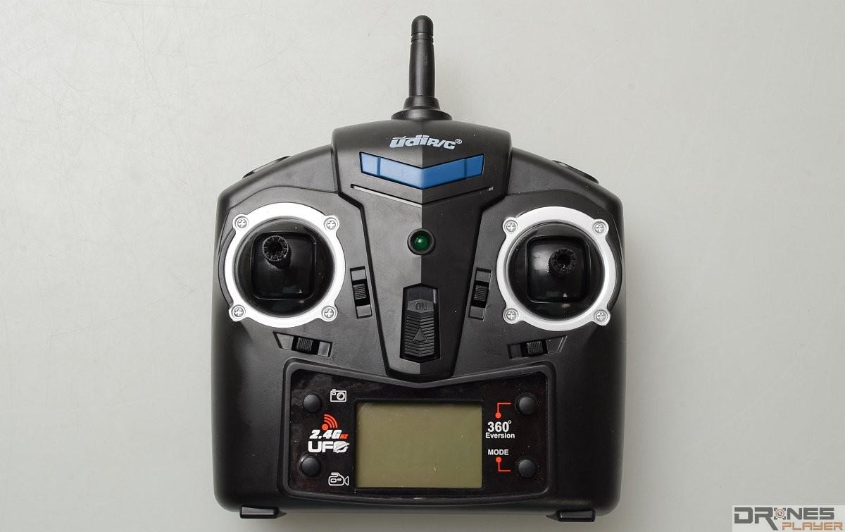 UDI RC U818A 遙控器屬標準大小。