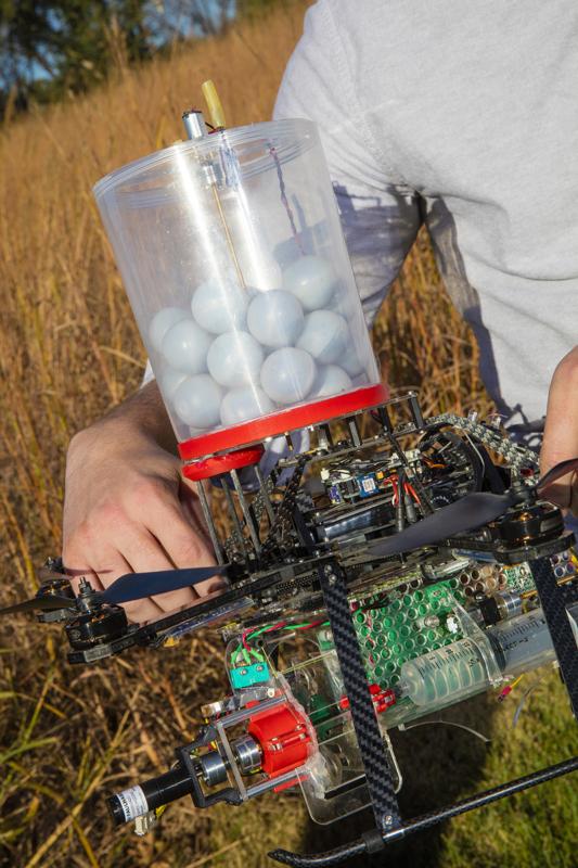 無人機會投放混合化學物的球體,落地成為一個個小火球。