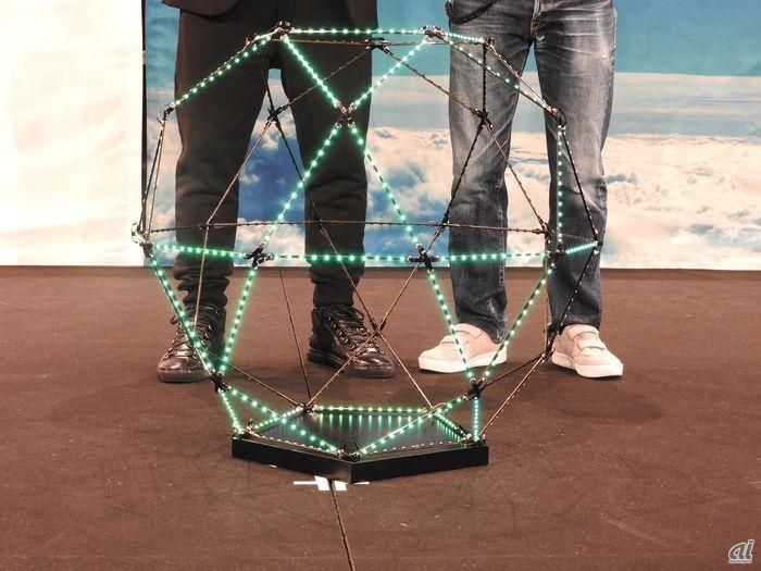 發布會上展示 Sky Magic 裝上 LED 燈的球形外殼。