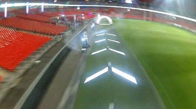 溫布利球場內搭建出 FPV 穿越競賽的賽道。