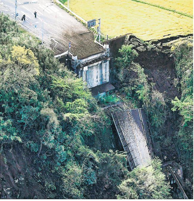 阿蘇大橋在強震中倒塌。