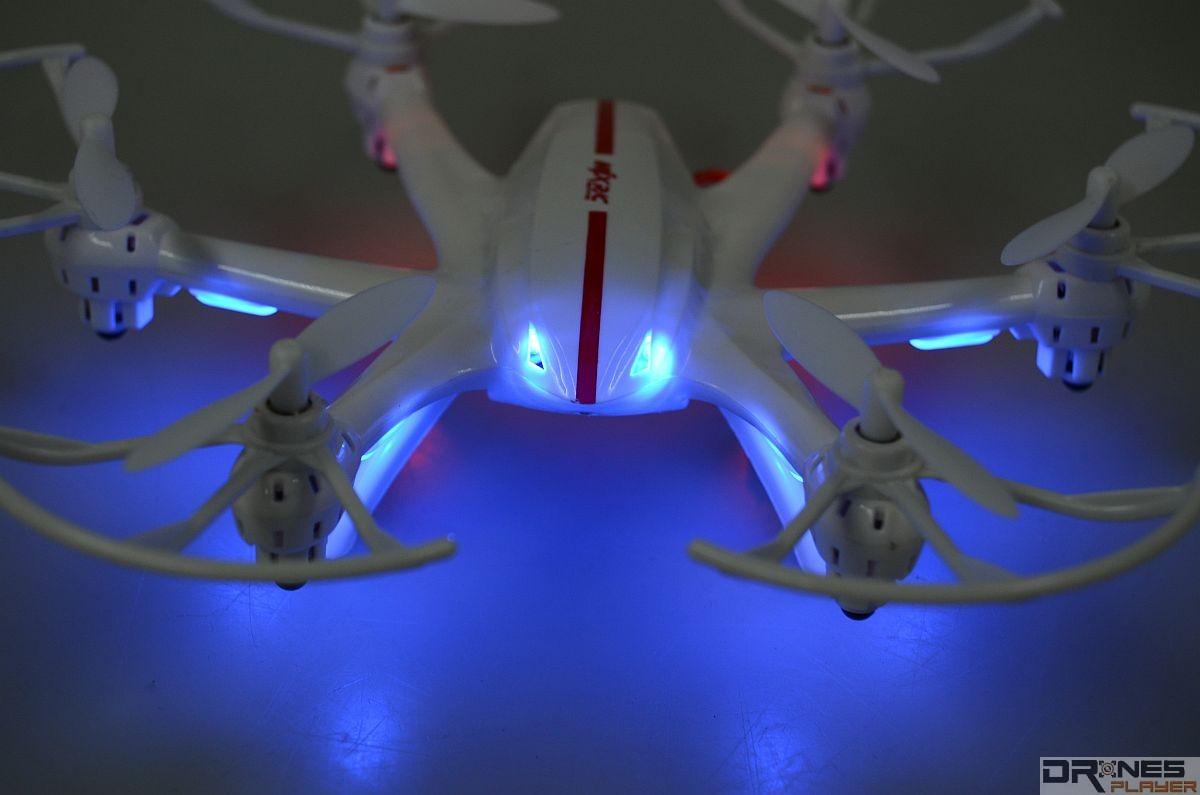 MJX RC X800 機首裝設 2 枚 LED 燈號,遠看彷如一對眼睛。