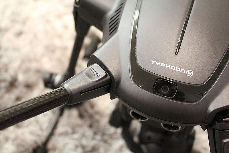 Yuneec Typhoon H 支臂拉開即可以自動固定。
