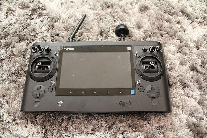 Yuneec ST16 遙控器內置 7 吋觸控屏幕。