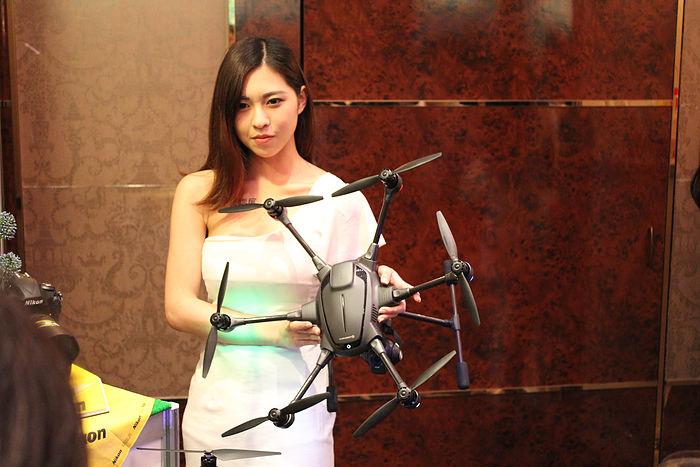 Yuneec Typhoon H 空拍機與女模特兒的合照,未知各位空拍玩家認為哪個吸睛度比較高呢?