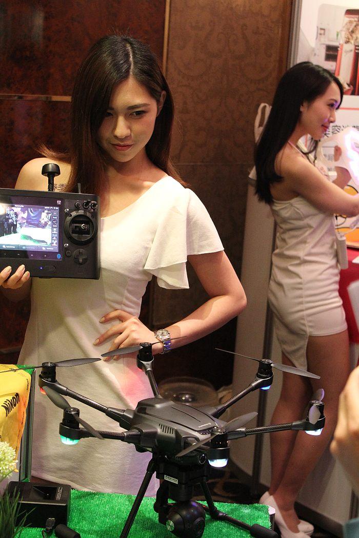 其實,Yuneec Typhoon H 台灣發布會上有兩名女模特兒,但似乎霍克本尊較偏愛其中一位。
