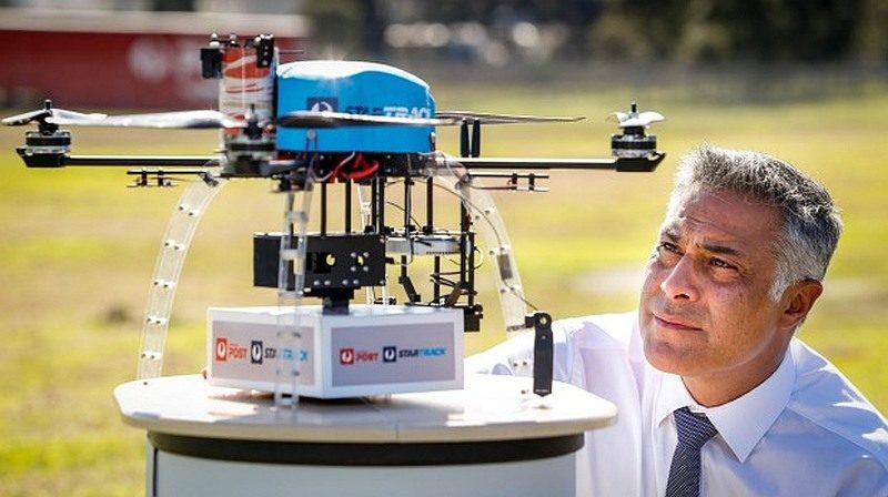 澳洲郵政所用的送貨無人機,機身小小已能負載 1.2 公斤的貨件。圖右為澳洲郵政執行長 Ahmed Fahour。