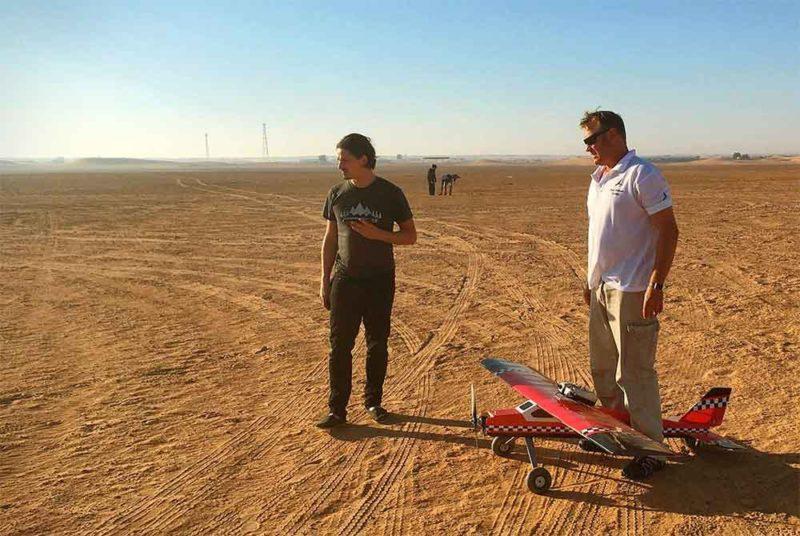 訓練示範在沙漠上進行。